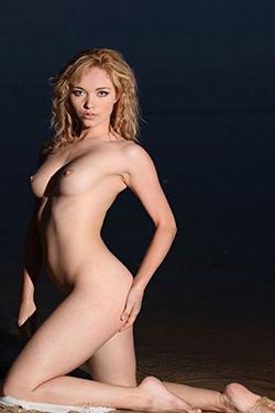 La modella di alta classe Gisela Berlin accompagna i contatti per il tempo libero del sesso coccolone
